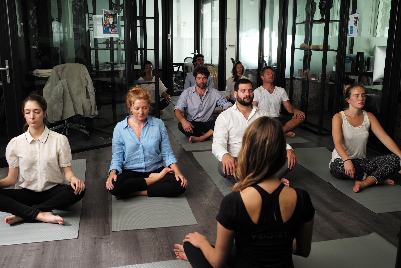 Yoga sur tapis cours entreprise