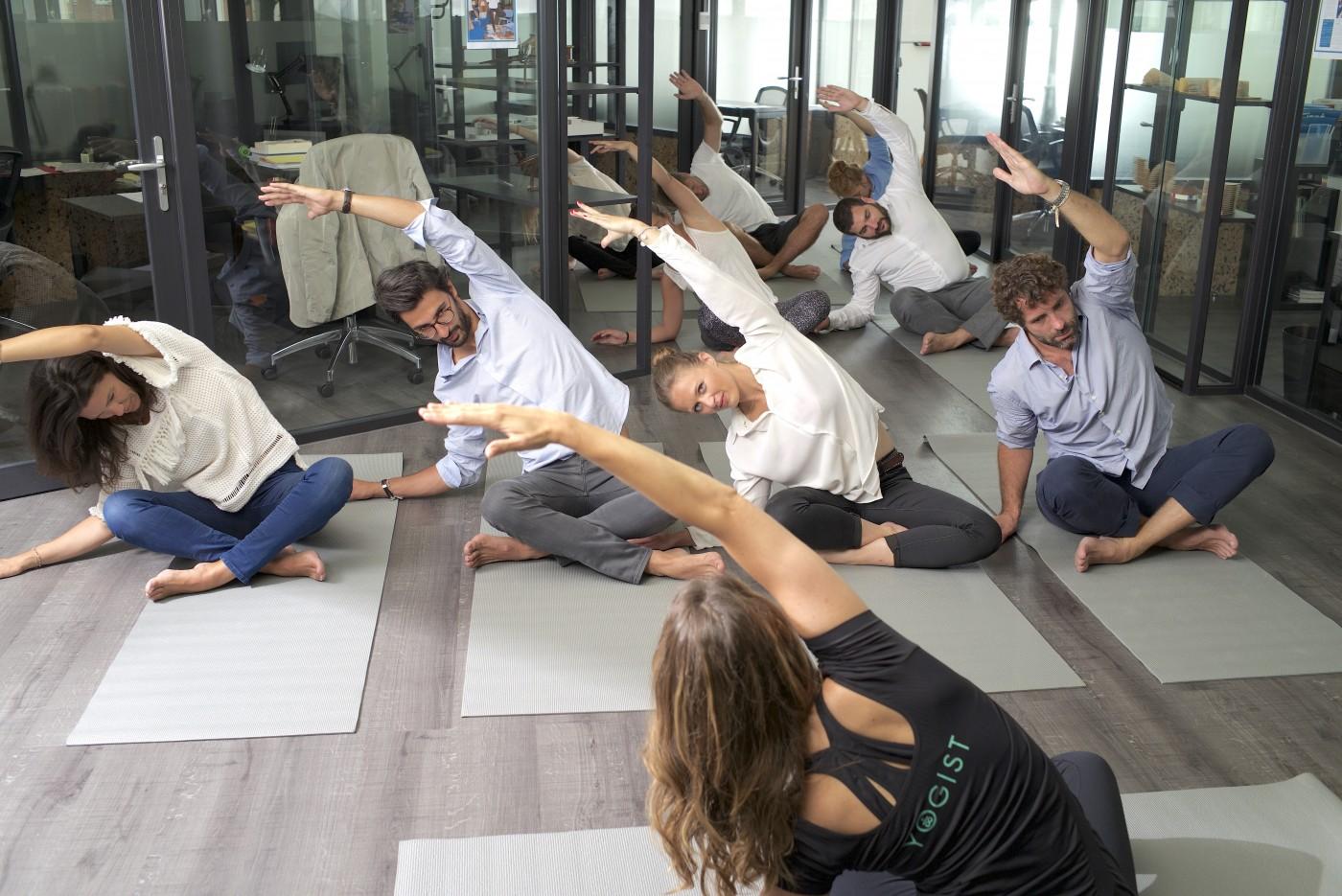 Yoga sur tapis cours entreprise yogist